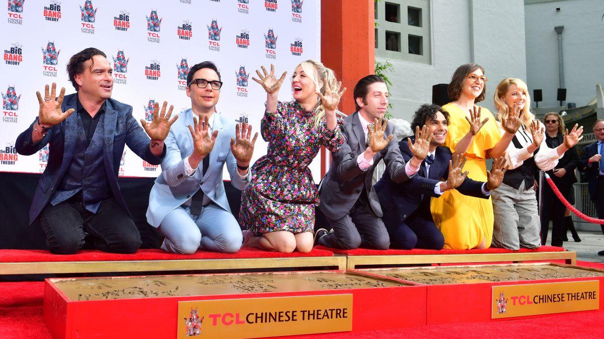 Kaley Cuoco e o elenco de TBBT na calçada da fama de Hollywood