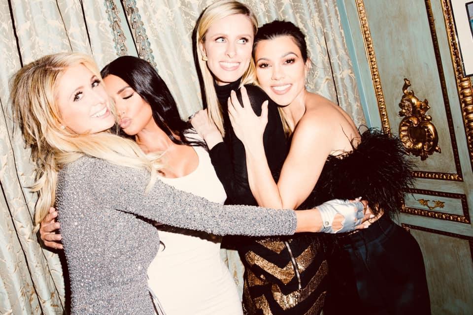 Paris Hilton e Kim Kardashian com suas irmãs