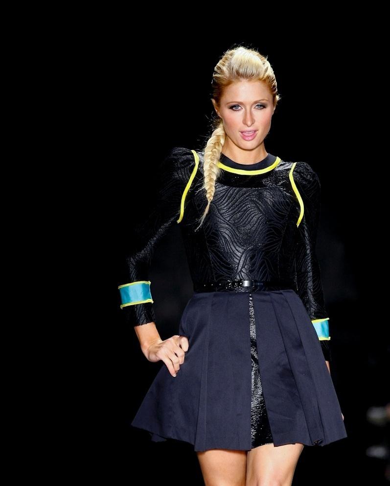 Paris Hilton desfilando pela Triton no SPFW
