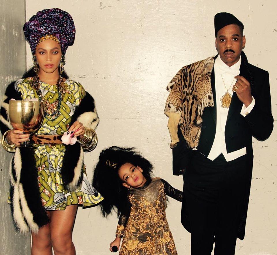 Beyoncé com Jay Z e Blue Ivy vestidos para o Halloween