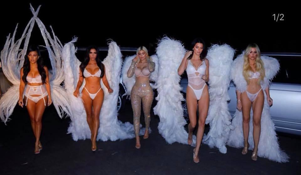 Kourtney Kardashian e as irmãs no Halloween