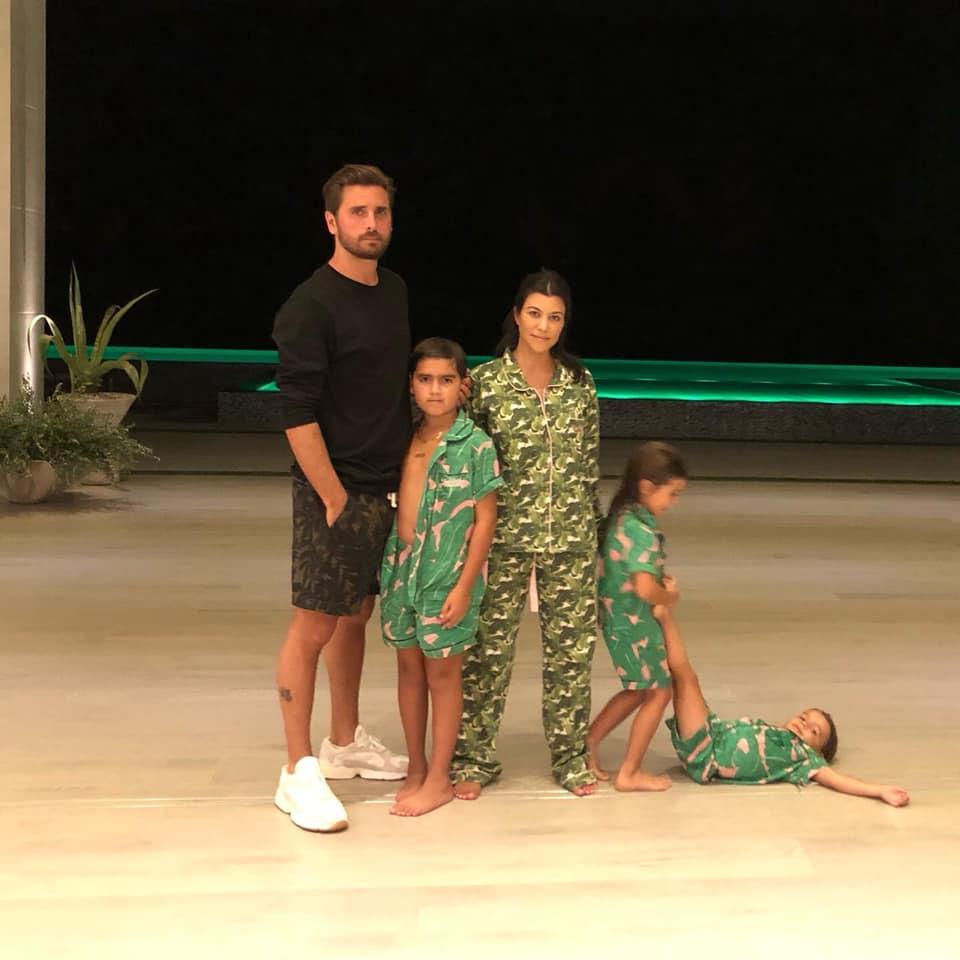 Kourtney Kardashian com Scott Disick e os filhos do casal