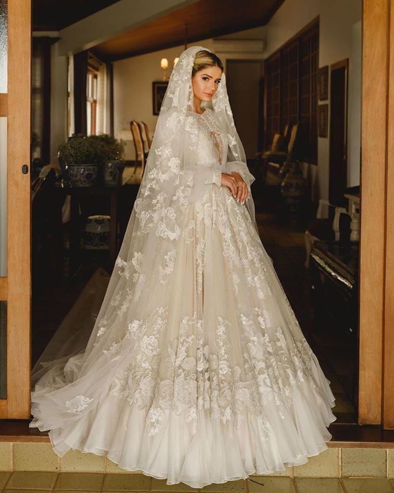 Thássia usando o vestido de Sandro Barros