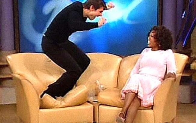 Tom Cruise pulando no sofá de Oprah ao falar sobre o namoro com Katie Holmes