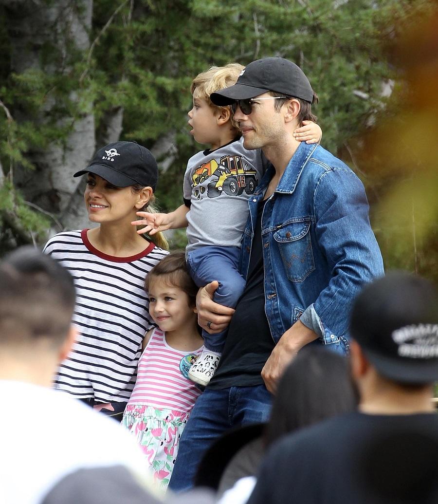 Ashton Kutcher e os filhos com Mila Kunis