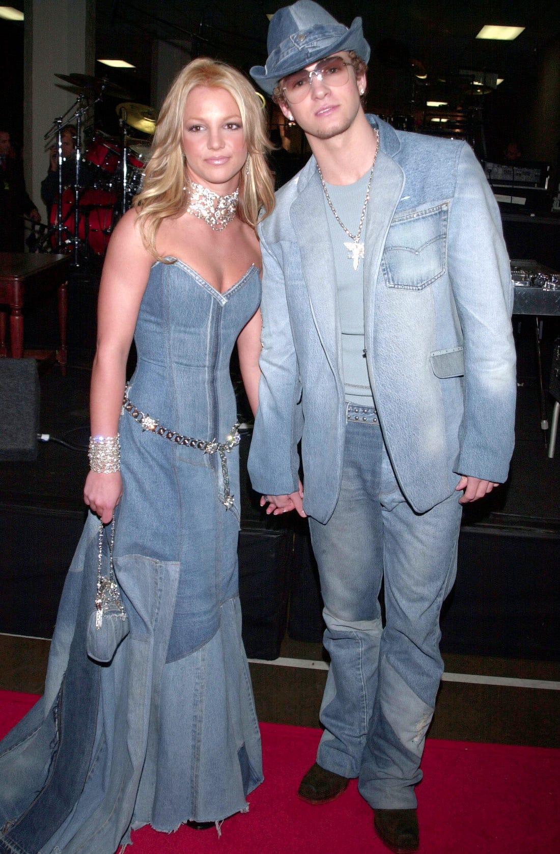 Justin Timberlake e Britney Spears vestindo total jeans