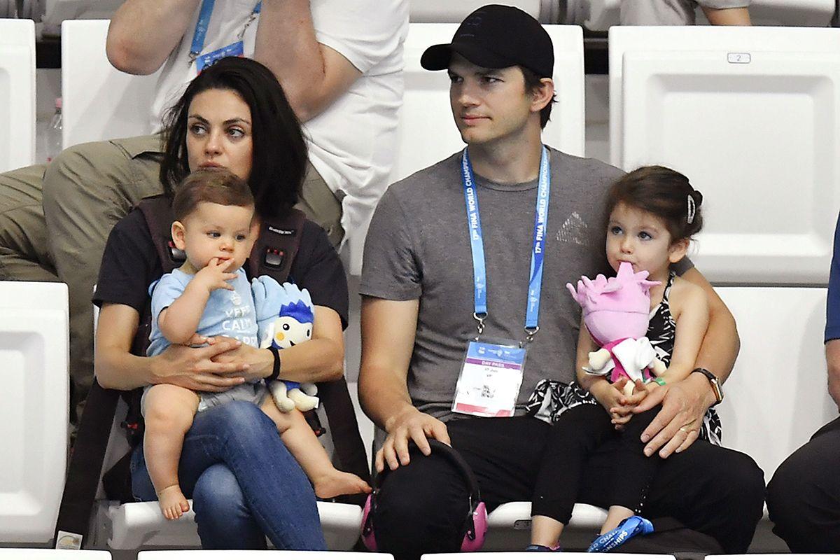 Mila Kunis com Ashton Kutcher e os filhos do casal