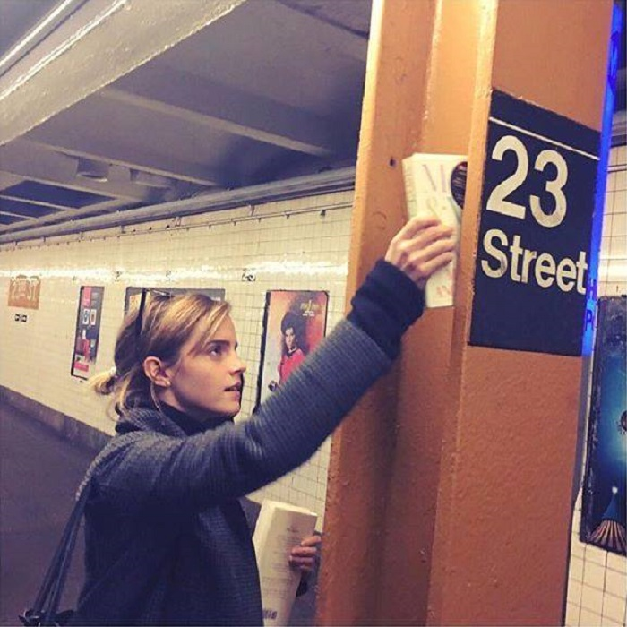 Emma Watson atuando no projeto Our Shared Shelf
