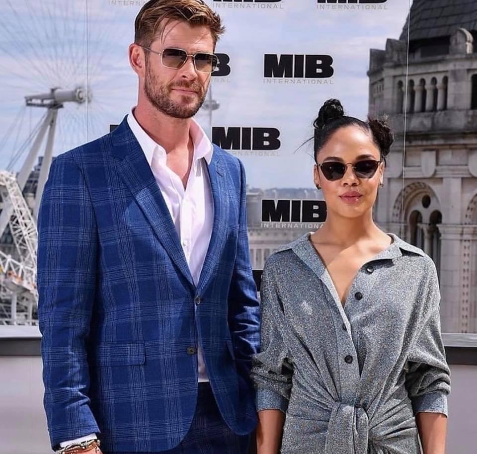 Chris Hemsworth e Tessa Thompson na estreia de MIB