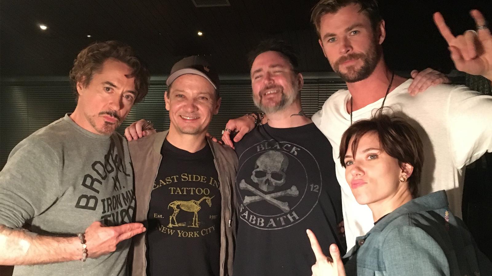 O elenco de Os Vingadores ao fazer tatuagens como a de Chris Evans