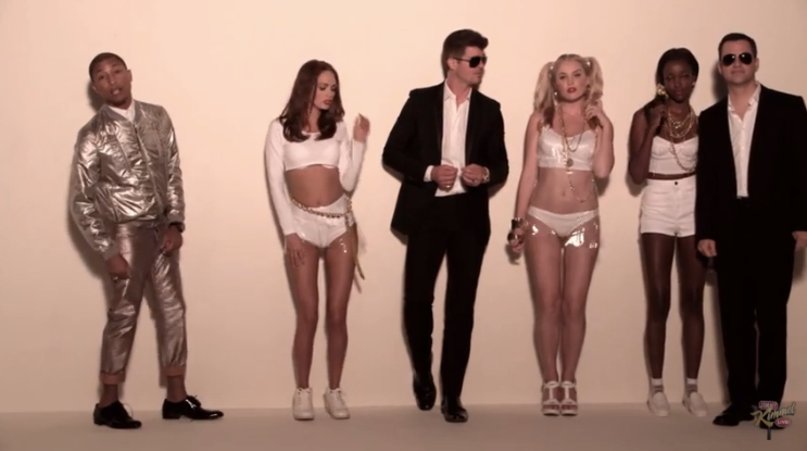 Pharrell Williams no clipe de Blurred Lines