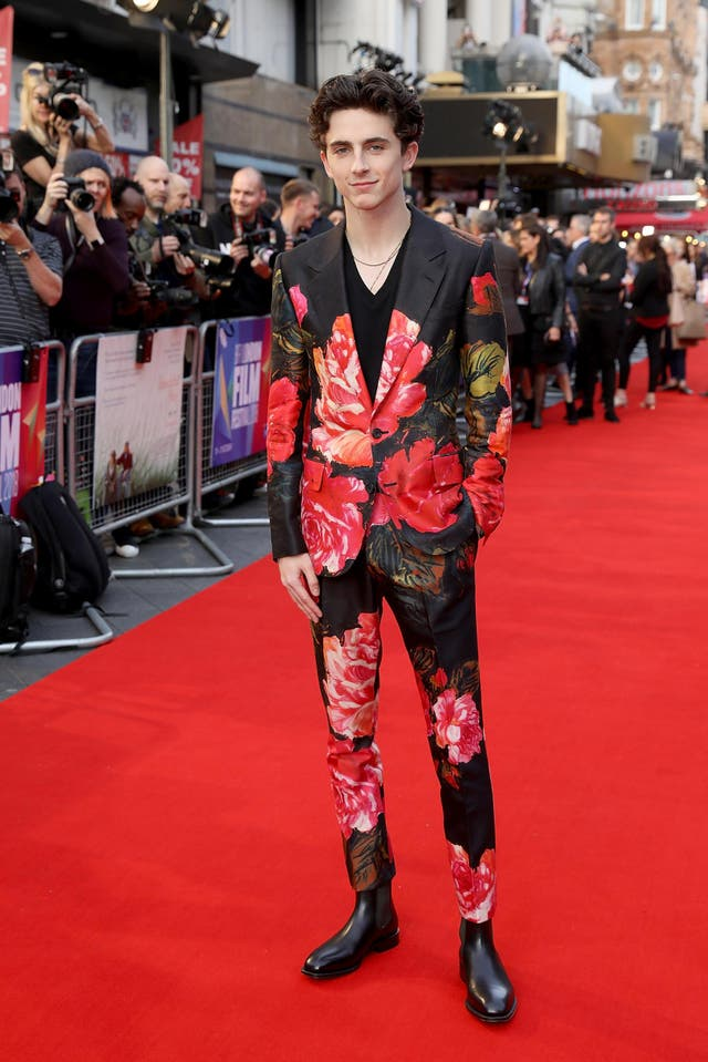 Timothée Chalamet com terno floral no red carpet